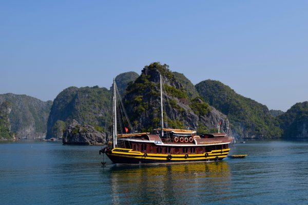 Une Jonque sur la Baie d'Halong