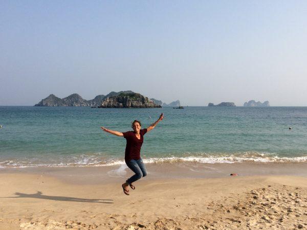 Pam sur la plage à Cat Ba