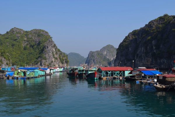 Un village flottant dans la Bai d'Halong
