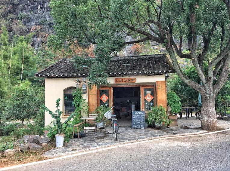 café près de la rivière Yulong