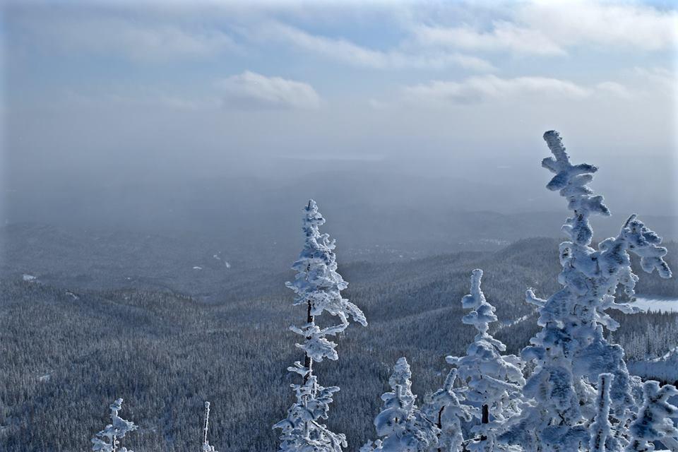 La vue magnifique au sommet des Monts-Valin, le Saguenay en hiver