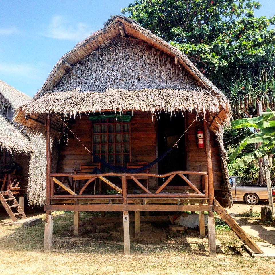 Un bungalow sur le bord de la mer sur l'île de Koh Lanta