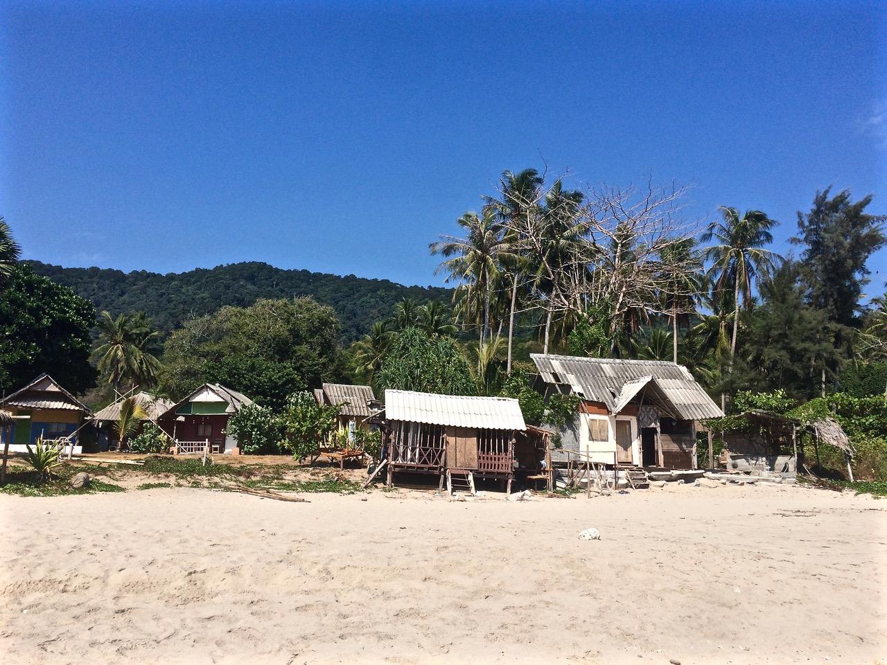 Maisons rustiques sur la plage de Koh Lanta