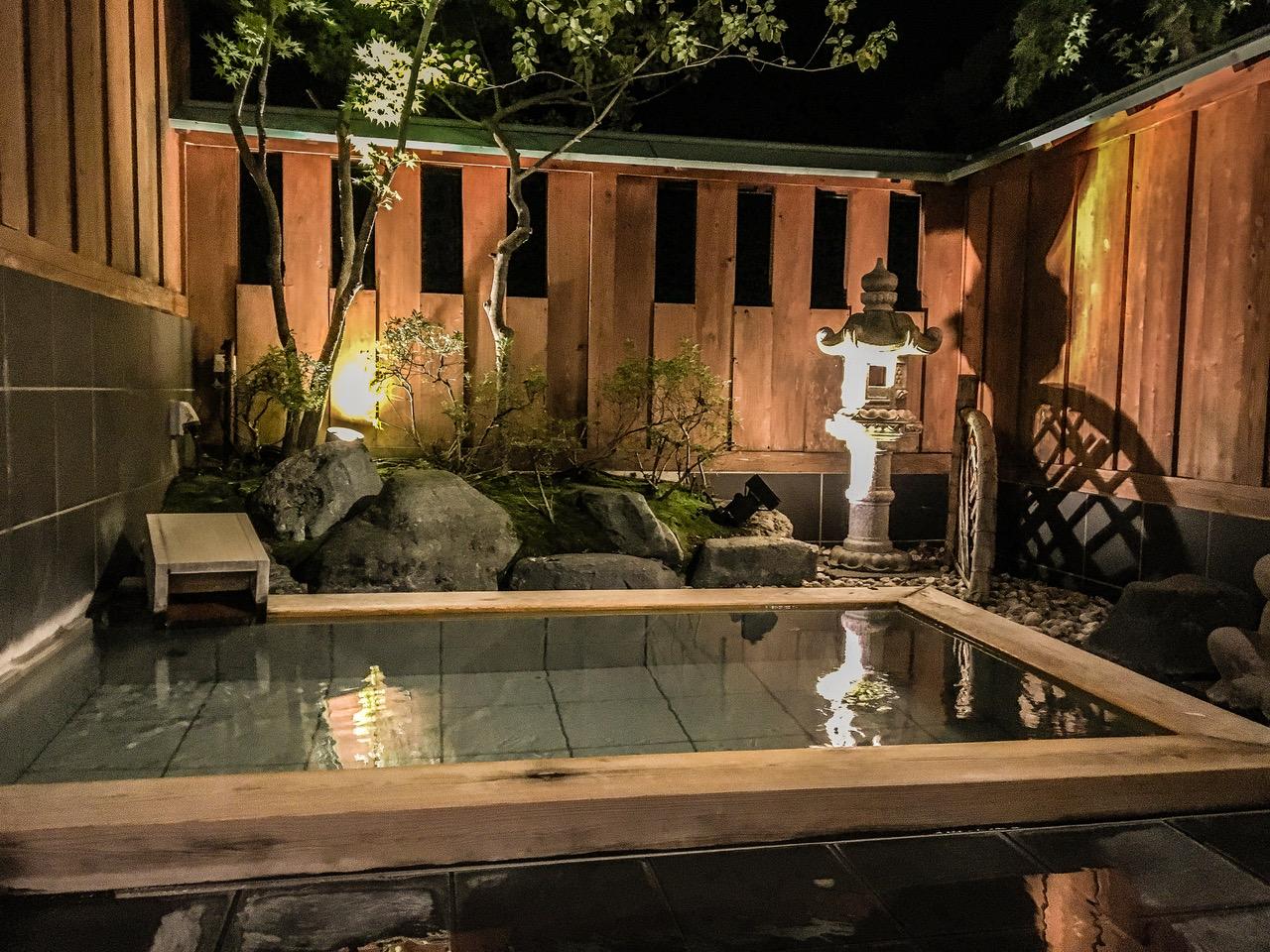 Onsen privé dans un ryokan de luxe au Japon