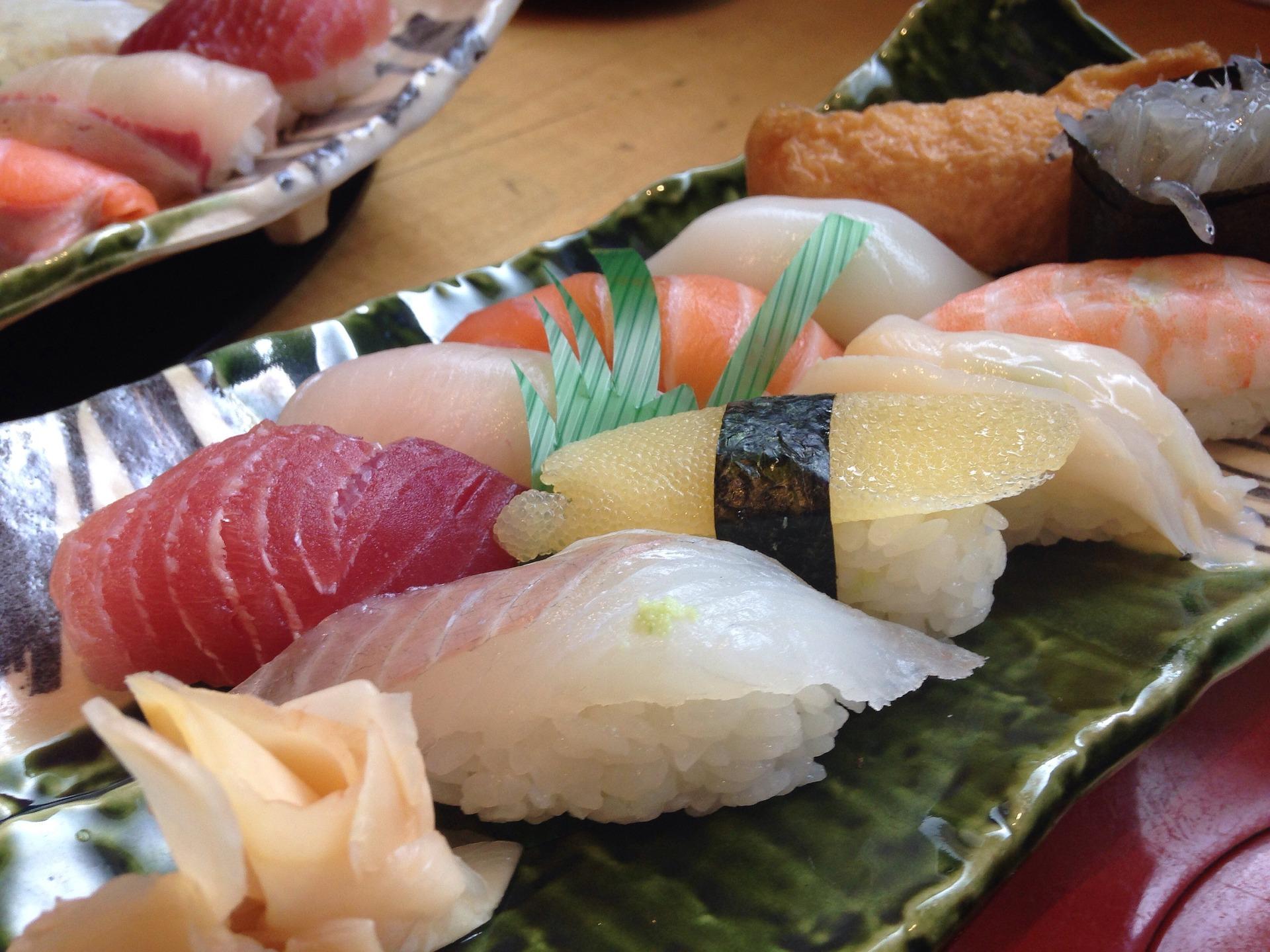 Manger des sushis au Japon