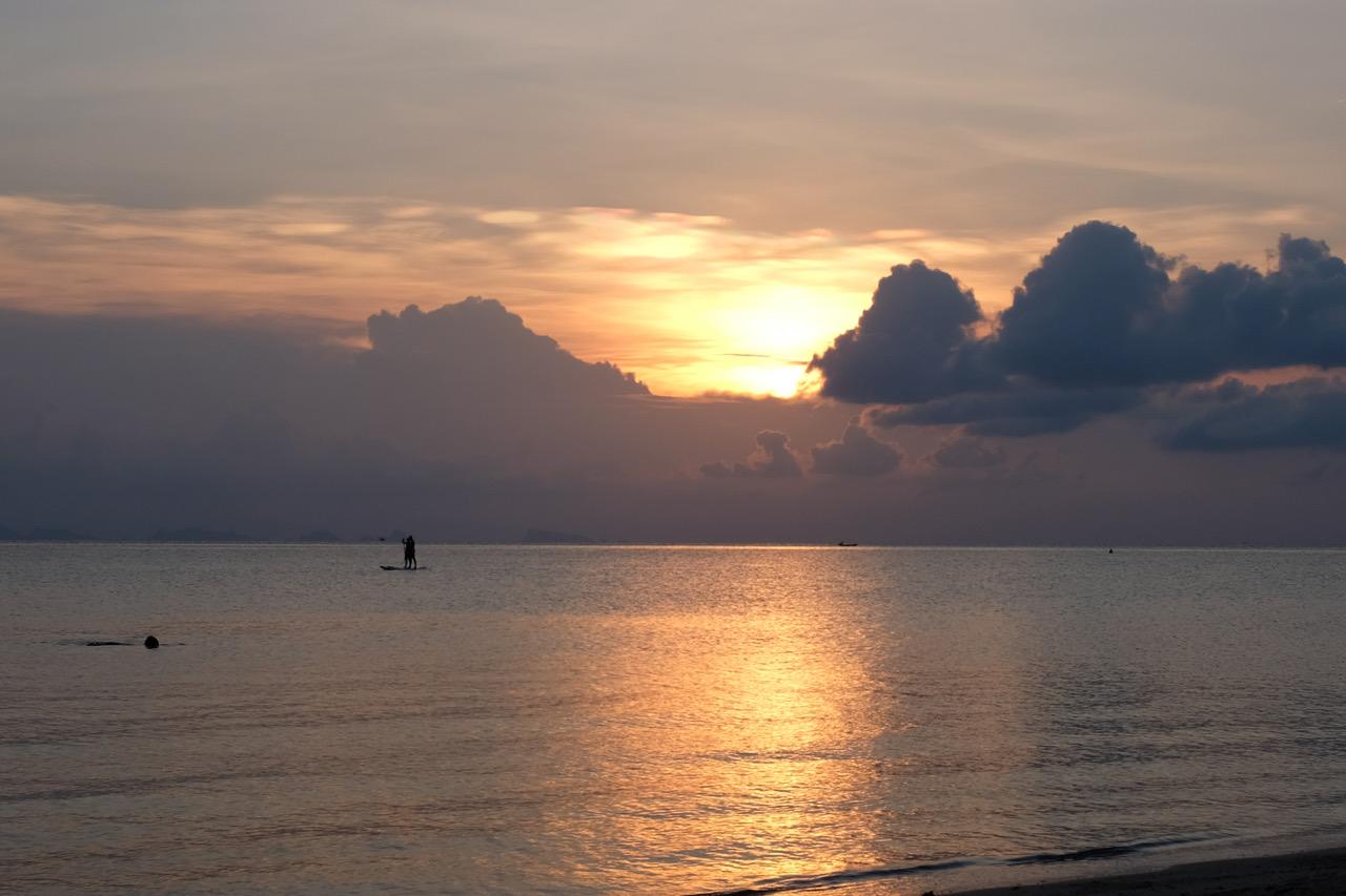Le soleil se couche sur l'île de Koh Phangan en Thaïlande
