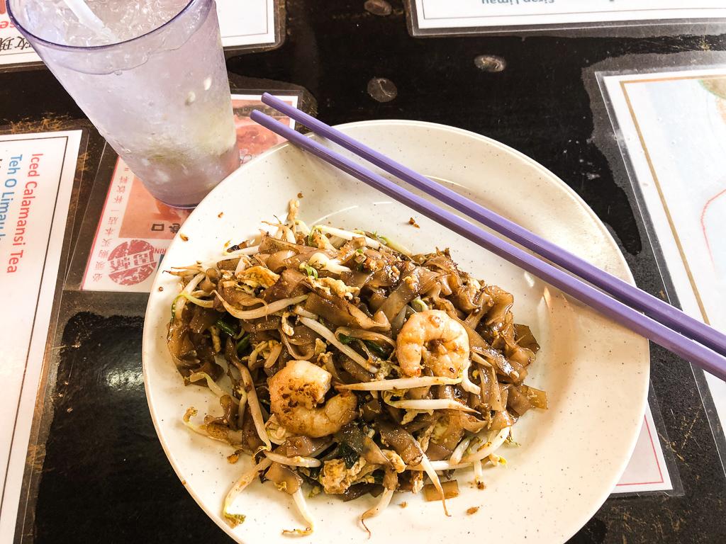 Quoi manger à Georgetown? Le Char Koay Teow, le plat emblématique de la ville.