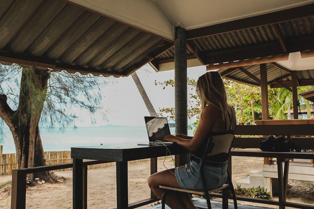 Travailler sur la plage de Koh Phangan